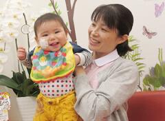 スタッフが子どもを抱っこしている写真